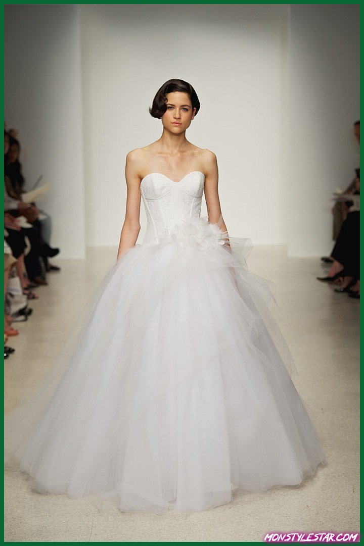 Flashback: Robes de épousée Kenneth Groupe pile une féminitude final