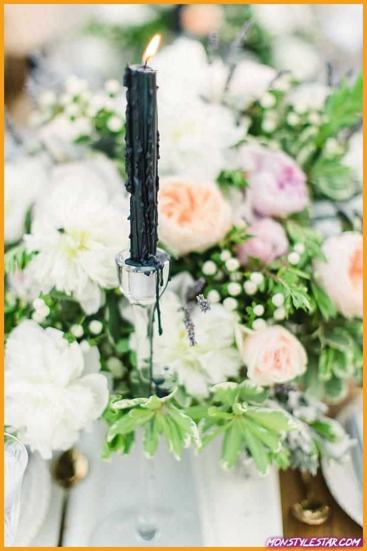Mariage romantique à destination de la Grèce avec des fleurs roses et oranges