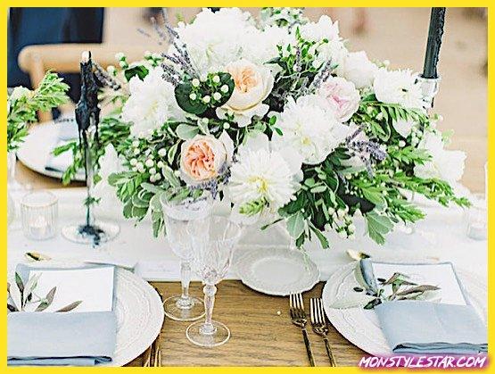 Photo de Mariage romantique à destination de la Grèce avec des fleurs roses et oranges