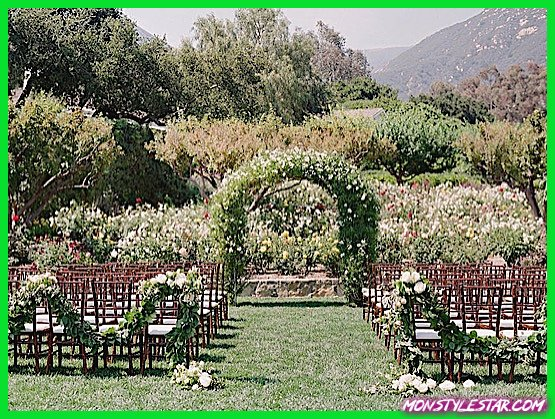 Photo de Mariage de printemps californien intimement élégant avec jardin romantique